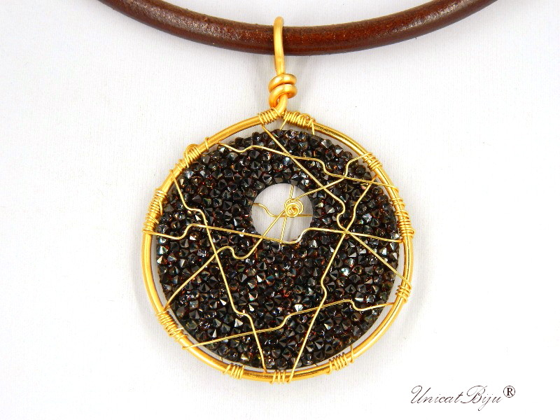 colier-cristale-swarovski-bijuterii-statement-pandantiv-mare-colier-piele-naturala-colan-unicatbiju-aurit-rubin