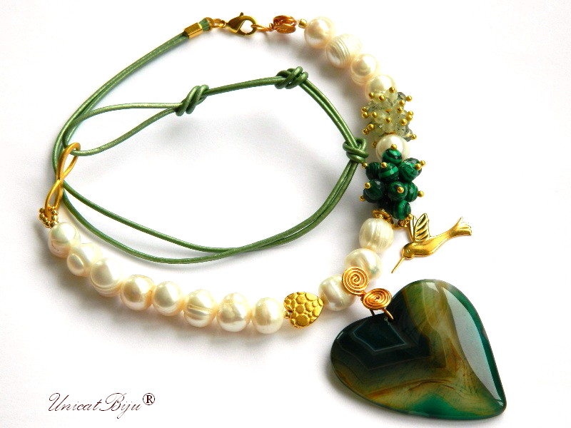 colier-perle-albe-malachit-prehnit-bijuterii-semipretioase-unicat-pandantiv-agat-inima-aurit-charm-colibri-primavara-unicatbiju