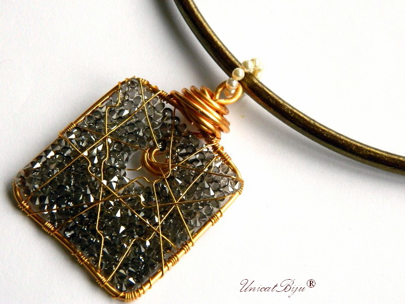 colier piele naturala, pandantiv statement, cristale swarovski, perle, wire wrap free form, bijuterii fantezie, bronz, aurit, unicatbiju