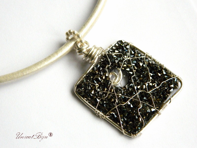 colier piele naturala, pandantiv statement, cristale swarovski, perle, wire wrap free form, bijuterii fantezie, negru, alb, unicatbiju
