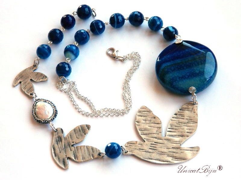 colier statement, pandantiv pasare argintat, agat albastru, bijuterii semipretioase unicat, perle keshi, rhinestone, salba argintata, unicatbiju