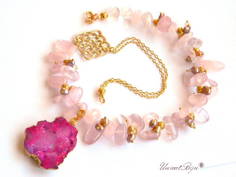 colier statement, cuart roz, bijuterii semipretioase unicat, pandantiv geoda cuart roz, perle roz, sidef natural, pandantiv celtic aurit, unicatbjiu