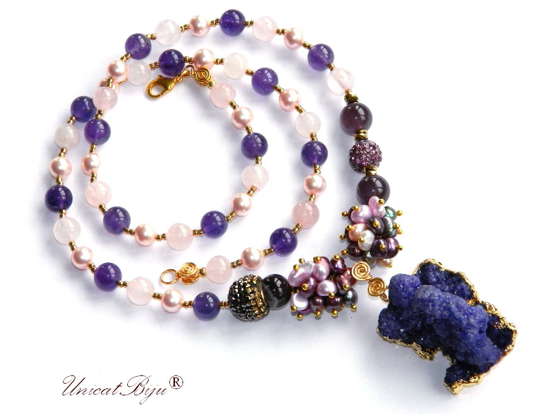 colier lung, statement, bijuterii semipretioase unicat, ametist, cuart roz, perle multicolore, perle swarovski, pandantiv agat druzy aurit, unicatbiju
